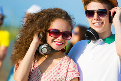cool-couple-with-headphones